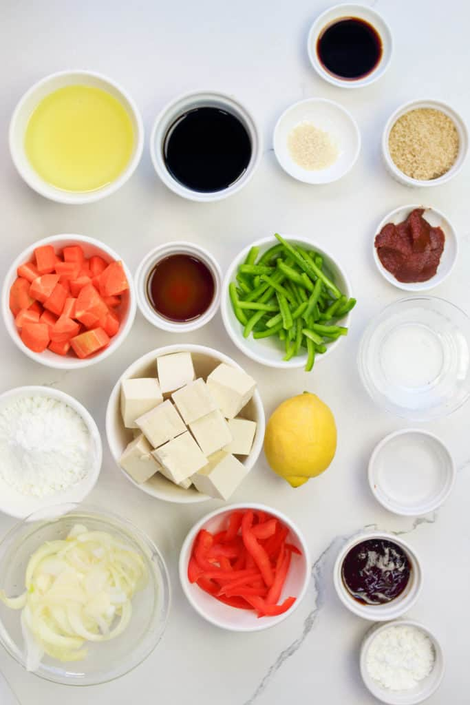 Ingredients needed to make sweet and sour tofu.